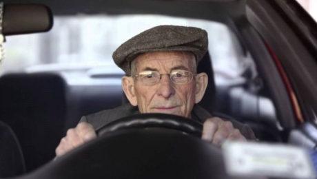 autofficina-roma-nomentana-anziano-alla-guida-patente